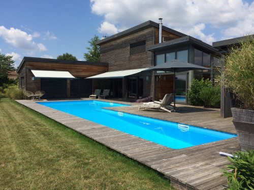 Maison d 39 architecte contemporaine avec piscine pr s de for Piscine ossature bois