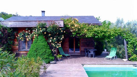 terrasse ombragée coté piscine